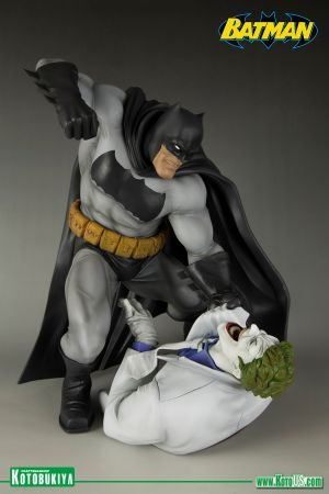 DC COMICS THE DARK KNIGHT RETURNS: BATMAN VS JOKER ARTFX STATUE
